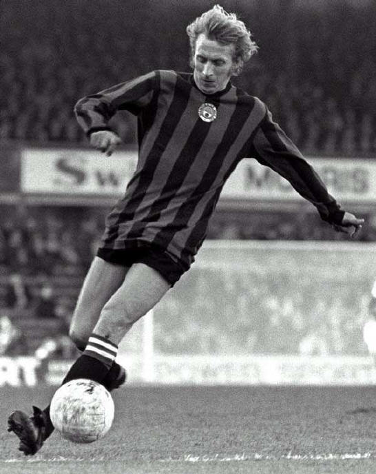 Denis Law con la maglia del Manchester City