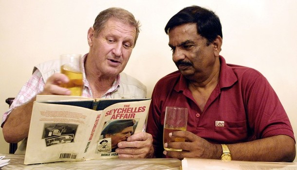 2006. Peter Duffy e Umesh Saxena leggono il libro di Michael Hoare. (® RALPHSON DAVID/AFP/Getty Images)