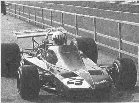 Pryce esce dalla corsia box di Silverstone durante l'International Thropy del 1974